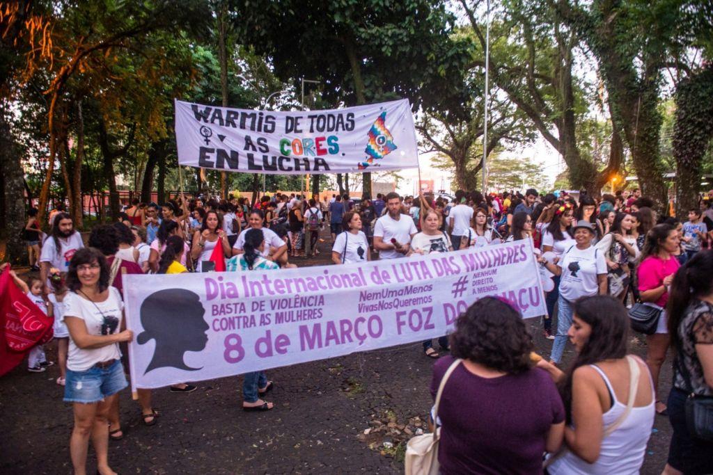 Nesta quinta-feira, 14, acontece a Marcha das Mulheres de Foz do Iguaçu, com concentração às 18h no Bosque Guarani, seguida de caminhada nas avenidas centrais e ato público na Praça da Paz.